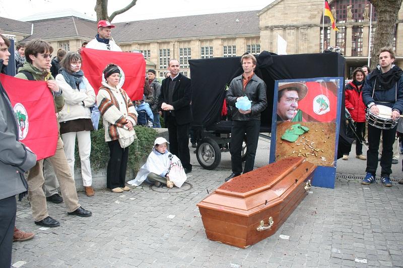 Manifestantes protestam a morte de Keno na sede da empresa, na Suíça, em 2008 (foto: Acervo Terra de Direitos)