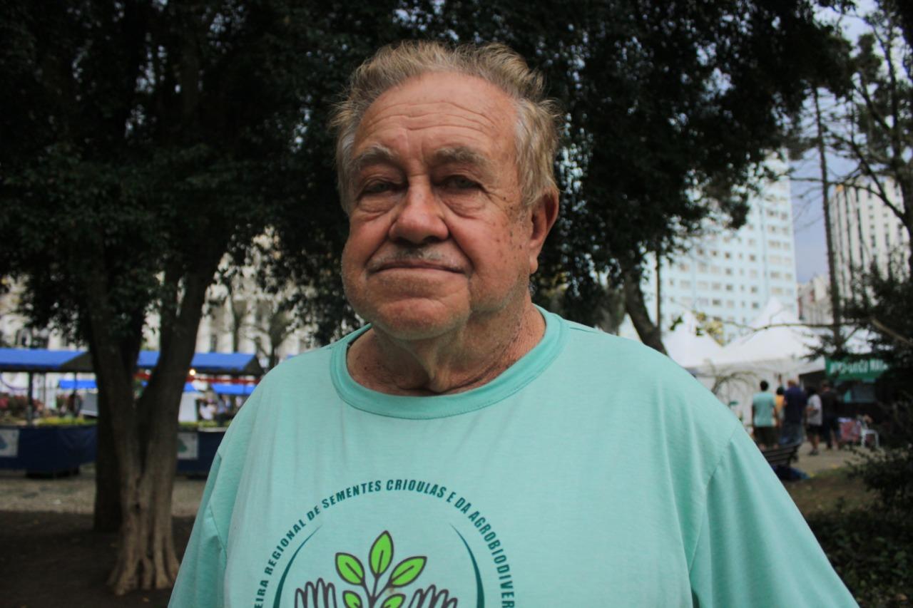 Aos 75 anos, Taborda se orgulha de comer comida saudável cultivada por ele  / Foto: Lizely Borges