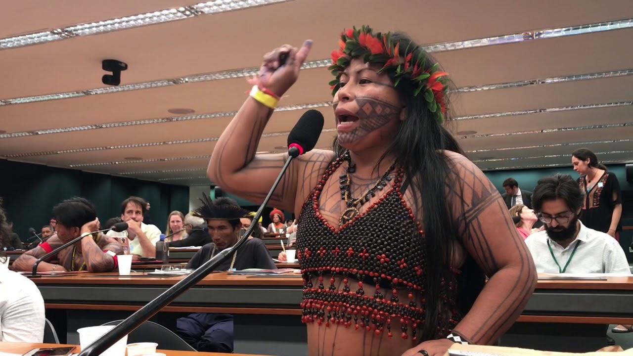 Em audiência realizada na Câmara, em maio de 2018, a liderança indígena Alessandra Munduruku relata as ameaças aos povos indígenas pela construção da Ferrogrão. Foto: reprodução