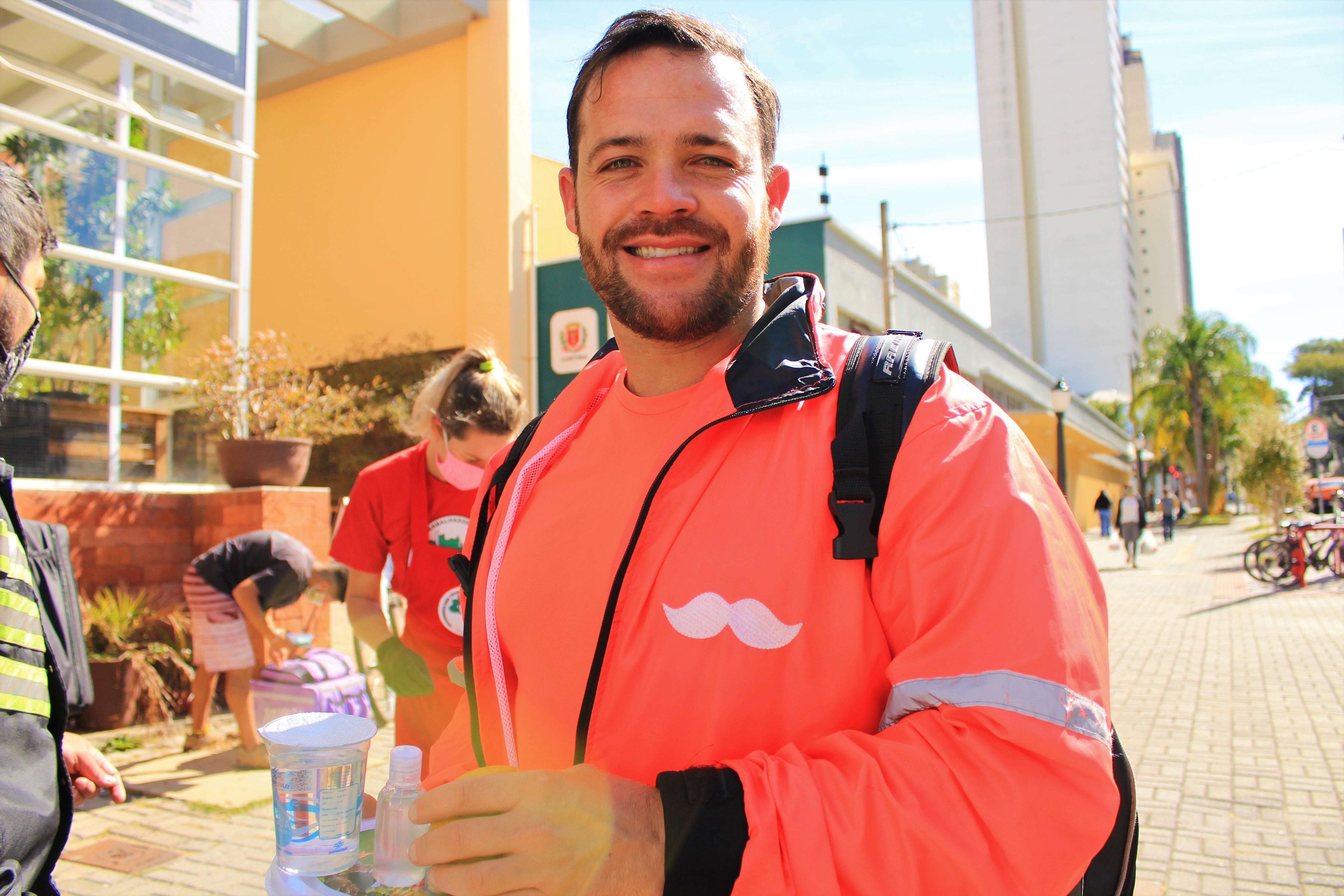 O professor de educação física e atual trabalhador de aplicativos, Daniel Vilanova, recebeu uma das marmitas. Foto: Lizely Borges