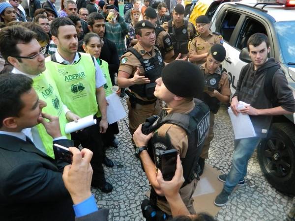 Defensores públicos, advogados populares e policiais militares durante uma manifestação na Boca Maldita, Centro de Curitiba.