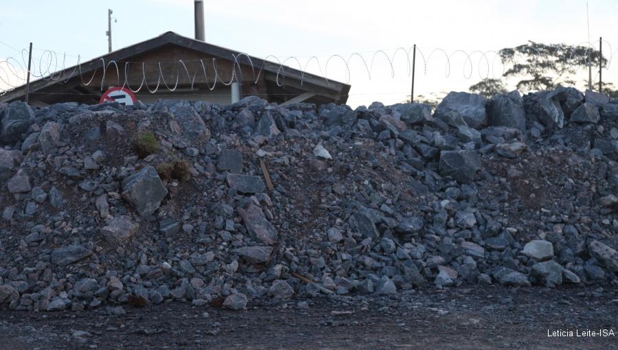 """""""Muro de pedras"""" construído pela Norte Energia em Vitória do Xingu, para impedir novas ocupações"""