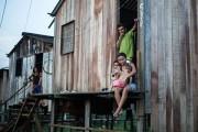 Famílias que moram numa palafita, em área que será alagada pela usina de Belo Monte_Foto_Joka Madruga_Terra Livre Press