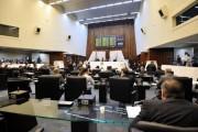 Deputados durante os trabalhos em Plenário. (foto: Sandro Nascimento/Alep)