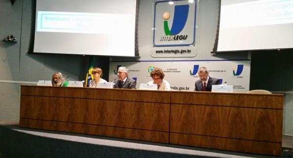 Mesa com a Ministra do Meio Ambiente, IzabellaTeixeira.
