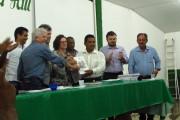 Presidenta do Incra  entregando o RTID para o presidente da Associação dos remanescentes do quilombo de Tiningu (ARQTiningu)