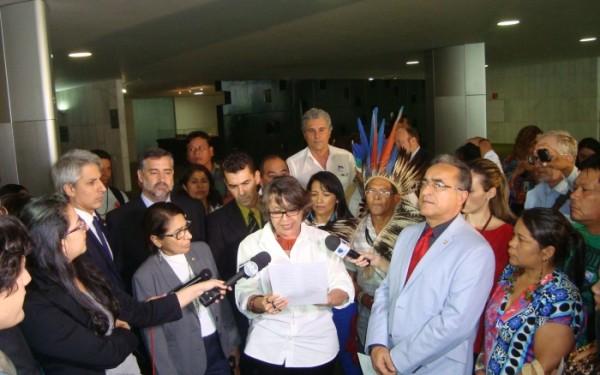 Deputada Érika Kokay (PT-DF) lê o manifesto contra a PEC 215 em ato no Salão Verde da Câmara | Oswaldo Braga - ISA