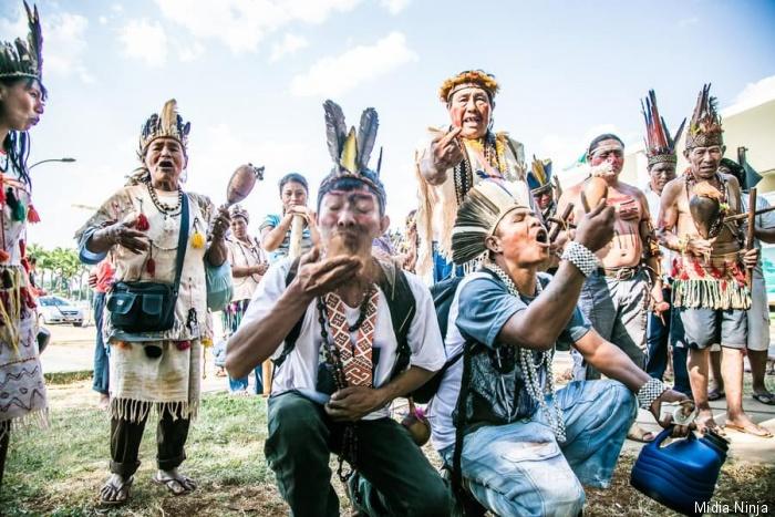 Guarani-Kaiowá comem terra em manifestação na frente do STF, no final de 2014. Foto: Mídia Ninja