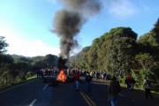 Trabalhadores rurais sem-terra bloqueiam a Br-277 no Oeste desde às 6h30, com o apoio de indígenas da região, contra despejo e por reforma agrária / Assessoria de imprensa do MST
