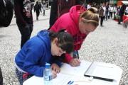 População curitibana assina o pedido de suspensão do processo de revisão da lei de zoneamento em atividade promovida pela Frente Mobiliza Curitiba. Foto: Anderson Moreira
