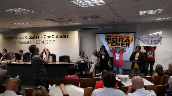 Sentado à mesa, o ministro das Cidades, Bruno Araújo. Foto tirada pelos movimentos de Reforma Urbana