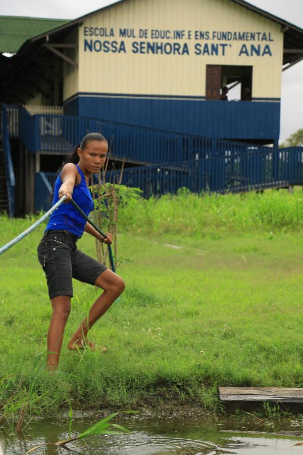 Maira Vasconcelos, em frente à escola da sua comunidade quilombola de Arapemã, localizada na várzea do Rio Amazonas, no município de Santarém. Textos e fotos de Bob Barbosa
