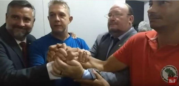 O Sem Terra Valdir Misnerovicz (centro), recebeu habeas corpus nesta terça-feira (18), por decisão do STJ, em Brasília / Reprodução/ Brasil de Fato