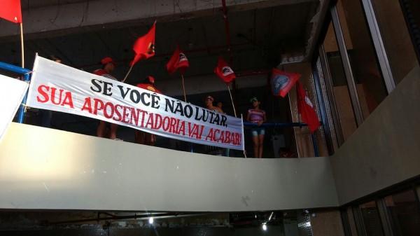 Contrárias à proposta de reforma da previdência, mulheres do Movimento dos Trabalhadores e Trabalhadoras Sem Terra ocuparam superintendência do INSS, em Maceió, durante mobilizações do dia 8 de março. (foto: MST)
